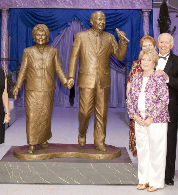 Monuments - Andy and Joan Horner by Edd Hayes - search and link Sculpture with SculptSite.com