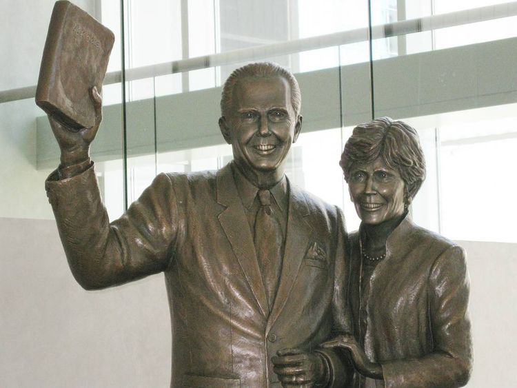 Monuments - John and Dodie Osteen by Edd Hayes - search and link Sculpture with SculptSite.com